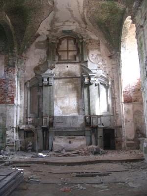 zdevastovaný interiér kostela - duben 2005