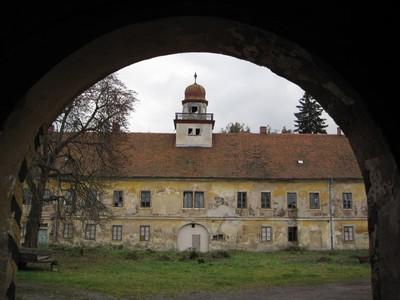 zchátralý areál barokního zámku ve Štědré - říjen 2009