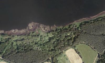 místo bývalé vsi Mlyňany, částečně zatopené vodami vodní nádrže Žlutice, na snímu leteckého mapování z roku 2010