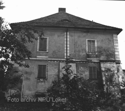 východní průčelí zámku zpevněné pilíři v 70. letech 20. století