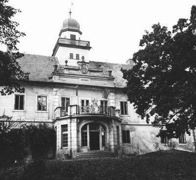 slavnostní výzdoba balkónu zámku ve Štědré u příležitosti oslav 50. výročí založení KSČ v roce 1971