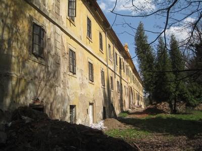 západní část jižního průčelí zámecké budovy - duben 2013