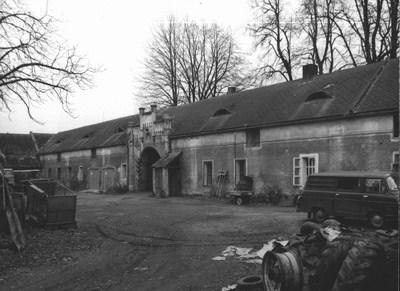 dvůr s hospodářkými budovami v době před rokem 1989