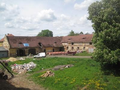 bývalé hospodářské budovy zámeckého areálu - květen 2012