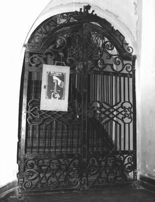 mříž na schodišti do patra před rokem 1989