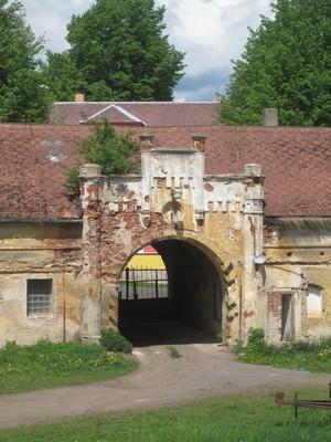 pseudogoticky upravená brána - květen 2012