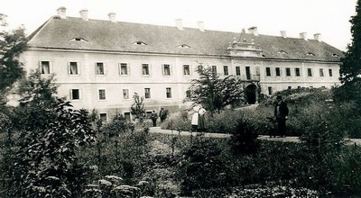 zámecká budova na historické fotografii z roku 1898