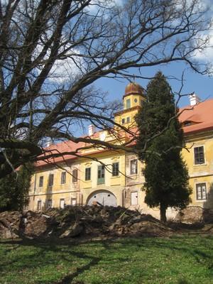 hlavní jižní průčelí zámku - duben 2013