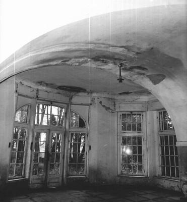 promáčená klenba v průjezdu zámku koncem 20. století