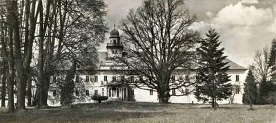 zámecká budova s parkem na fotografii z roku 1968