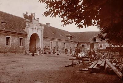 hospodářské budovy zámeckého areálu na počátku 20. století