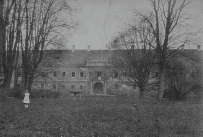 zámecká budova na historické fotografii z roku 1916