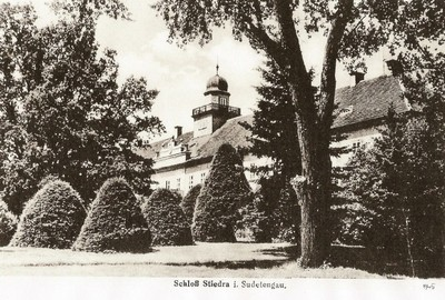 zámecká budova v parku na pohlednici z roku 1940