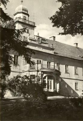 průčelí zámku na fotografii z roku 1970