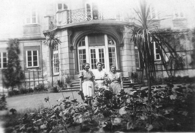 přízemní portik v průčelí zámku v době před rokem 1945