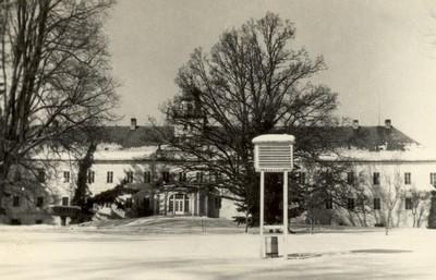 zámecká budova s parkem v době kolem roku 1970