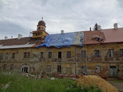 budování nové střechy zámecké budovy - červen 2012