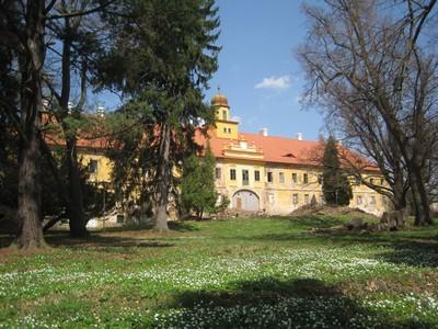 nově zastřešená budova bývalého zámku - duben 2013