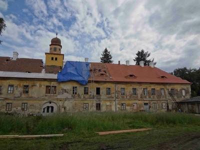 severní průčelí opravované zámecké budovy - červen 2012