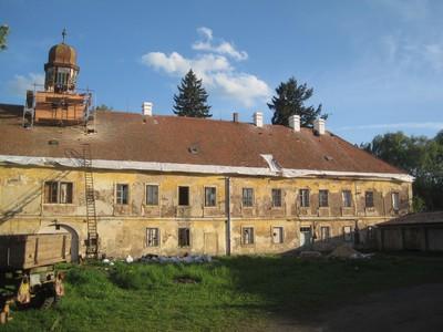 severní přůčelí zámecké budovy ze dvora - květen 2012