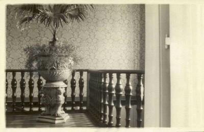 zábradlí schodiště v prvním patře v době před rokem 1945