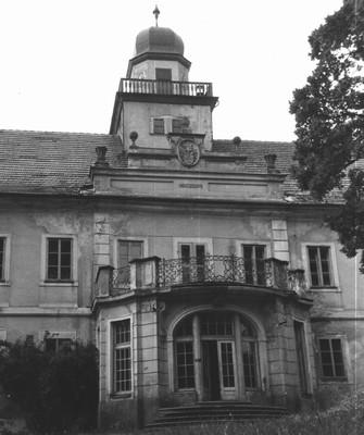 průčelí zámku v 70. letech 20. století