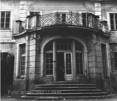 přízemní portikus v průčelí zámku v 70. letech 20. století