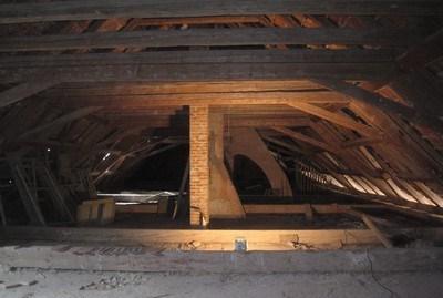 komíny a krov v podkroví zámecké budovy - duben 2012