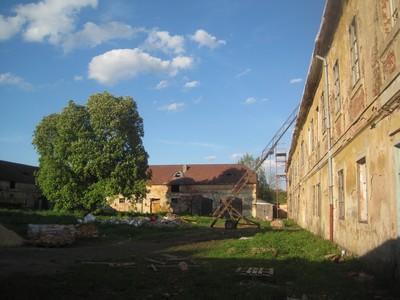 areál bývalého hospodářského dvora zámku - květen 2012