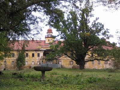 zchátralá zámecká budova s parkem ve Štědré - říjen 2009