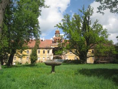 zchátralá zámecká budova s parkem ve Štědré - květen 2012