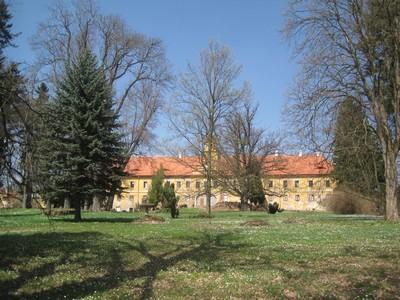 zchátralá zámecká budova s parkem ve Štědré - duben 2013
