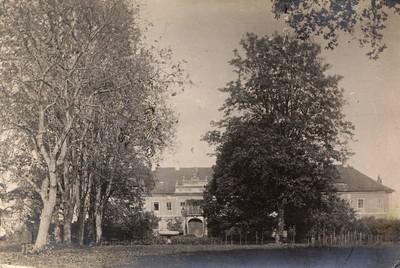 zámecká budova na historické fotografii z počátku 20. století