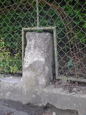vystupující část domnělého smírčího kříže v oplocení zahrady domu čp. 134 - červen 2009