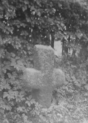 kamenný smírčí kříž na původním stanovišti u obce Sedlec na fotografii z roku 1924