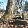 Dlouhá - železný kříž | pozůstatky rozvaleného podstavce železného kříže s ohrazením na Kostelní Horce nad Dlouhou - březen 2017