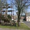 Chyše - železný kříž   železný kříž na náměstí během rekonstrukce - duben 2011