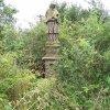 Vladořice - socha sv. Jana Nepomuckého | zarostlá plastika na počátku 21. století
