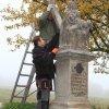 Vladořice - sousoší Piety | osazení kamenného kříže - listopad 2011