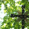 Pšov - Rösslův kříž | detail novodobého litého železného vrcholové kříže - květen 2017