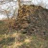 Borek - hrad Štědrý hrádek | relikt štítové hradební zdi v čele hradního jádra zaniklého hradu Štědrý hrádek - listopad 2020