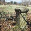Jesínky - železný kříž | podstavec železného kříže na bývalém rozcestí na severním okraji vsi Jesínky - březen 2017