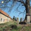 Herstošice - železný kříž | restaurovaný železný kříž s rozvaleným ohrazením pod mohutným jasanem na návsi v Herstošicích - duben 2016