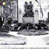 Žlutice - pomník osvobození | pomník osvobození na náměstí ve Žluticích během květnových oslav dne 9. května 1968