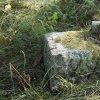 Skoky - kamenný kříž | sokl rozvaleného podstavce s torzem rozlámaného vrcholového kamenného kříže - září 2015