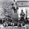 Žlutice - socha rudoarmějce   kladení věnců u pomníku se sochou rudoarmějce ve Žluticích v roce 1974