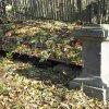 Knínice - železný kříž   zchátralý pískovcový podstavec železného kříže v Knínicích - říjen 2015