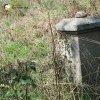 Skoky - Lienerthův kříž | zdevastovaný rozvalený podstavec odlomeného Lienerthova kříže - září 2015