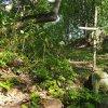 Skoky - železný kříž   torzo zdevastovaného podstavce s provizorním křížem při cestě ke hřbitovu v zaniklé vsi Skoky - září 2015