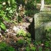 Skoky - železný kříž   zdevastovaný rozlomený podstavec železného kříže v zaniklé vsi Skoky - září 2015